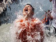 Ребенок играет с водой в парке