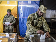 Украинский солдат на избирательном участке в Мариинке