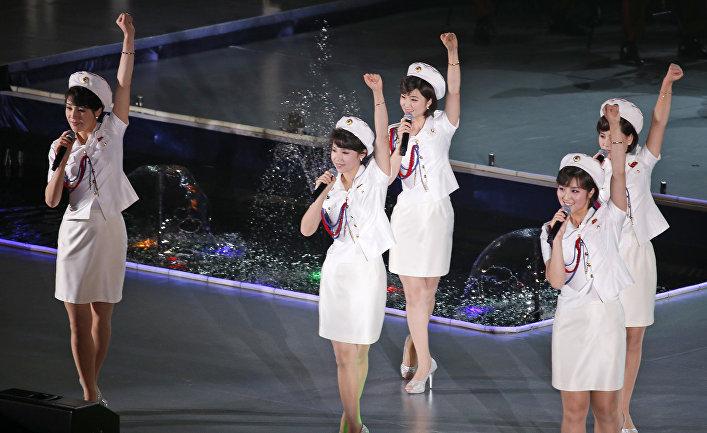 Участники северокорейской поп-группы выступают в Пхеньяне