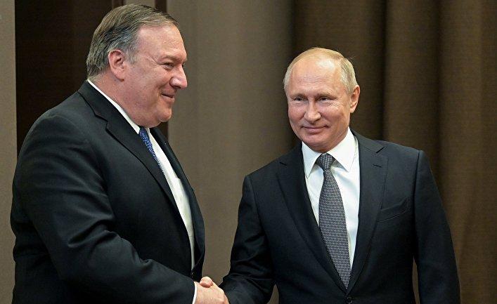 Президент РФ Владимир Путин и госсекретарь США Майк Помпео (слева) во время встречи в Сочи.
