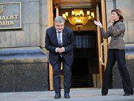 Президент Украины Петр Порошенко и его жена Марина приветствуют своих сторонников в Киеве