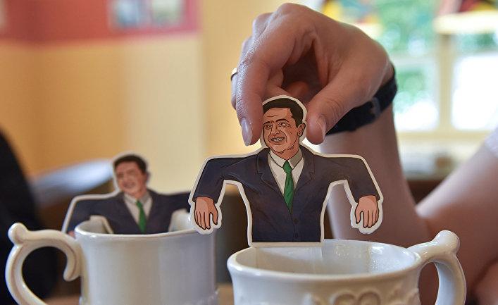 Чайные пакетики с изображением избранного президента Украины Владимира Зеленского в кафе во Львове