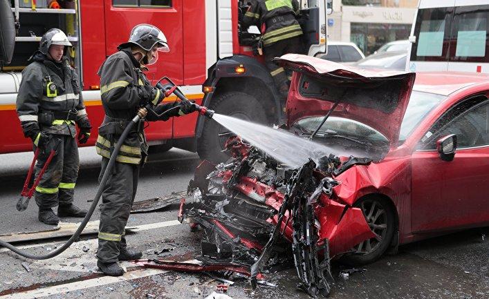 Сотрудники МЧС РФ на месте дорожно-транспортного происшествия
