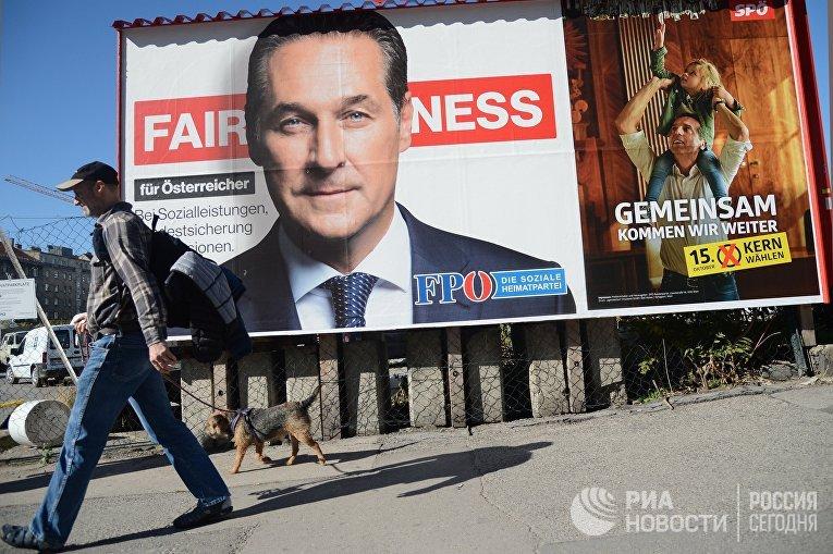 Агитационный плакат правонационалистической Партии свободы Австрии c портретом лидера Ханса-Кристиана Штрахе на одной из улиц Вены в день парламентских выборов в Австрии