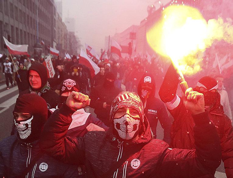Марш националистов по улицам Варшавы во время дня независимости Польши