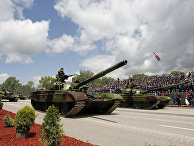 Танки М-84 во время военного парада в городе Ниш, Сербия