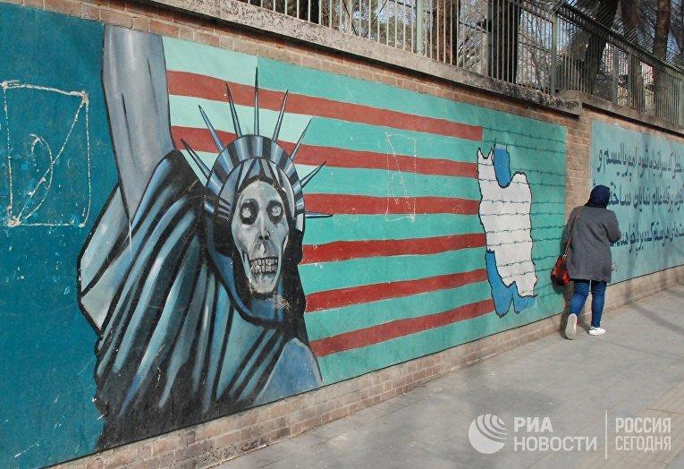 Граффити на стене бывшего посольства США в Тегеране