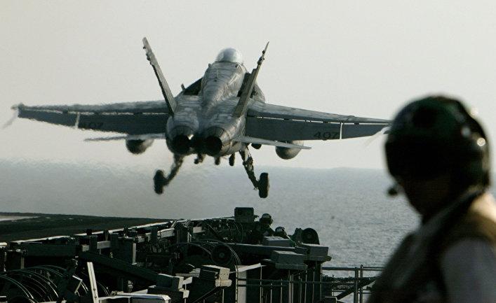 Истребитель ВМС США FA-18 Super Hornet взлетает с авианосца USS Abraham Lincoln
