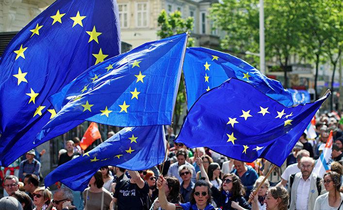 Флаги Европейского Союза во время митинга против национализма в Вене, Австрия