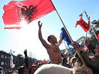 На улицах Приштины во время специального заседания в парламенте края по вопросу независимости Косово от Сербии
