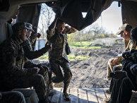 Украинские военнослужащие недалеко от линии фронт в Донецкой области