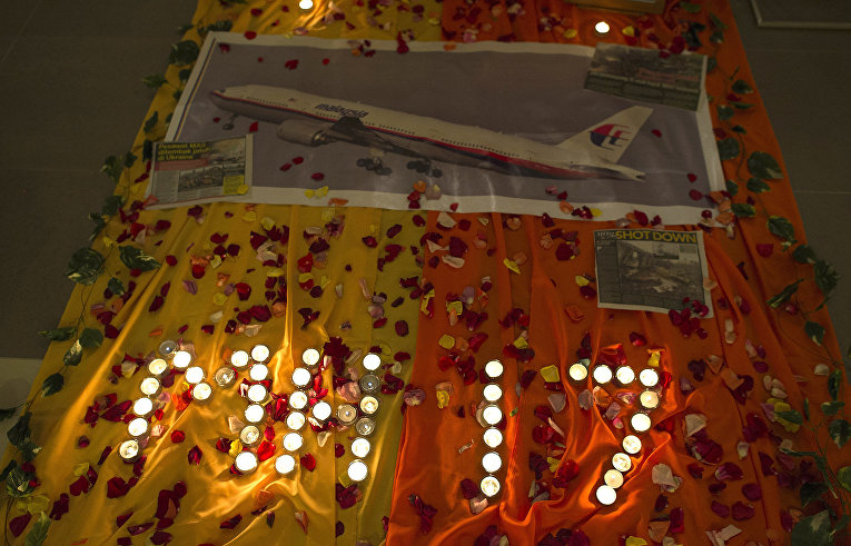 Мемориал со свечами в память о жертвах крушения рейса MH17 Malaysia Airlines в церкви в Куала-Лумпуре