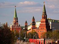 Троицкая, Комендантская, Оружейная и Боровицкая башни (слева направо) Московского Кремля