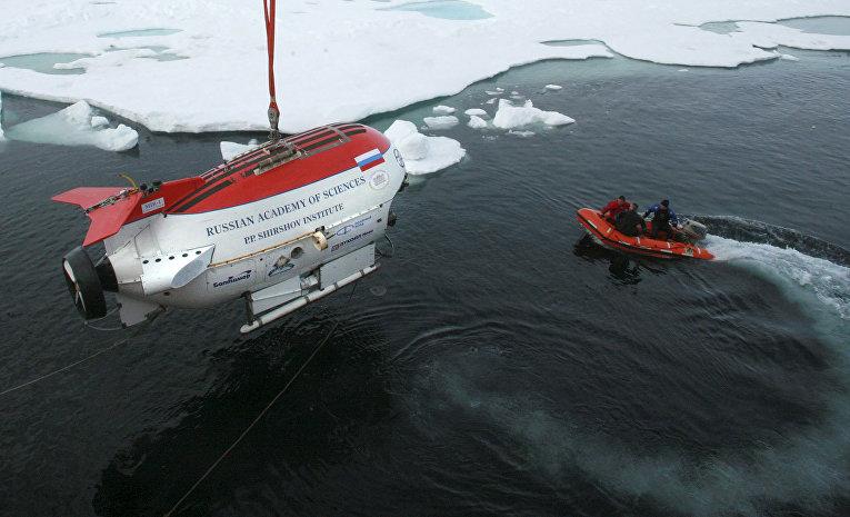 """Российская глубоководная миниатюрная подводная лодка """"Мир-1"""" во время спуска в воды Северного Ледовитого океана"""