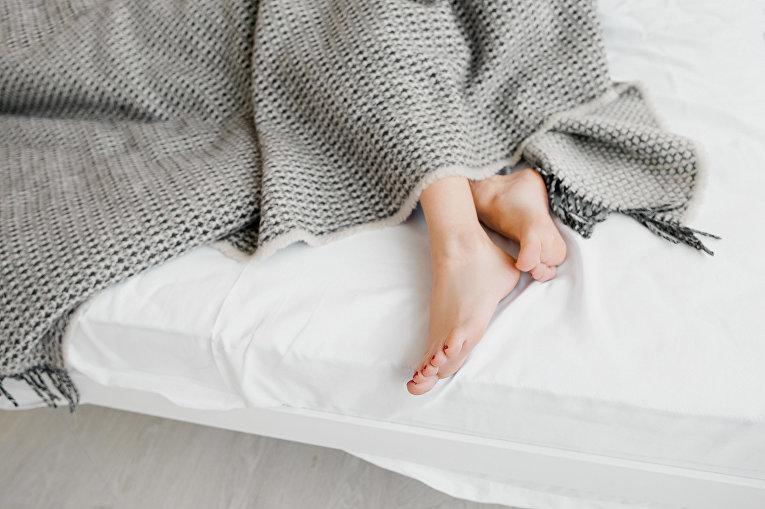 Девушка спит под покрывалом