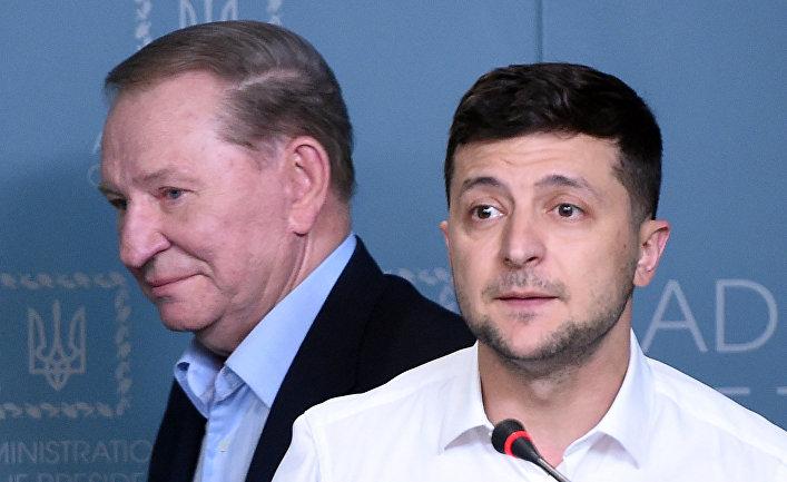 Президент Украины Владимир Зеленский (справа) и бывший президент Украины Леонид Кучма во время совместного брифинга в Киеве
