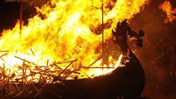 Реконструкторы эпохи викингов сжигают ладью на фестивале на Шетландских островах, Шотландия