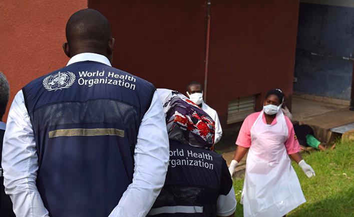 Врачи Всемирной организации здравоохранения инспектируют больницу в Бвера, Уганда