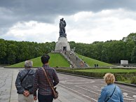 """Монумент """"Воин-освободитель"""" в Трептов-парке в Берлине"""