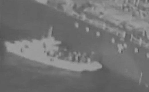 Иранские пограничники снимают мину с танкера