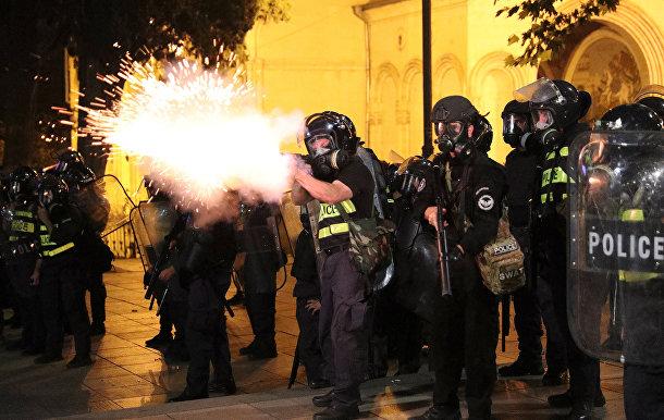 Полиция разгоняет участников акции протеста у здания парламента Грузии в Тбилиси