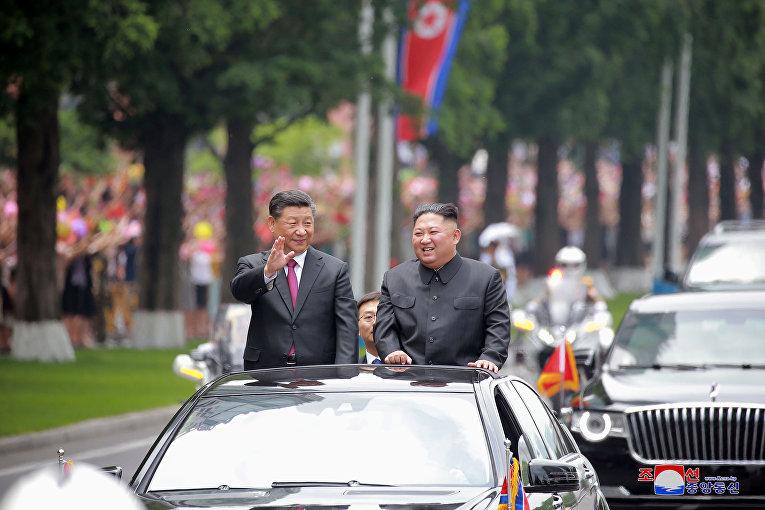Председатель КНР Си Цзиньпин и северокорейский лидер Ким Чен Ын во время встречи в Пхеньяне, Северная Корея.