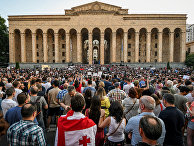 Участники митинга перед зданием парламента в Тбилиси