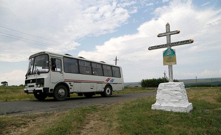 Автобус проезжает мимо места крушения самолета рейса MH17 авиакомпании Malaysia Airlines в районе села Грабово Донецкой области