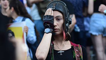 Девушка во время протестов в Грузии