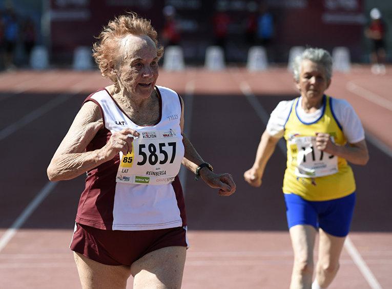 Участники забега на 100 метров во время Национальных спортивных игр для пожилых людей в Лионе, Франция