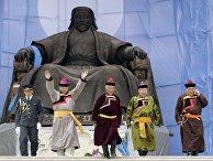 Монголы в национальных костюмах у памятника Чингисхану