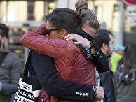 """Горожане около театра """"Батаклан"""" в Париже, в память о жертвах крупнейшего в истории Франции террористического акта, произошедшего 13 ноября 2015 года в Париже"""