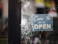 Алжирские болельщики бьют витрины в магазинах в центре Парижа