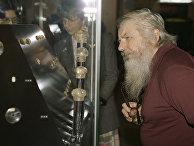 """Посетители выставки """"Сокровища Трои из раскопок Генриха Шлимана"""" рассматривают экспонаты."""