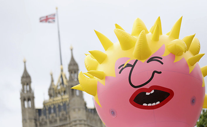 Воздушный шар с изображением Бориса Джонсона на Парламентской площади в Лондоне