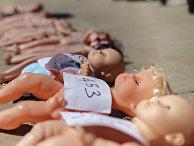 Куклы во время акции протеста против подпольных абортов перед парламентом Рабата в Марокко