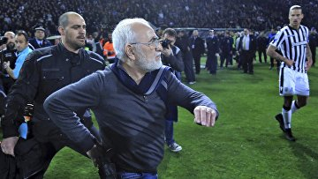 Владелец клуба PAOK бизнесмен Иван Саввидис во время футбольного матча греческой лиги в Афинах