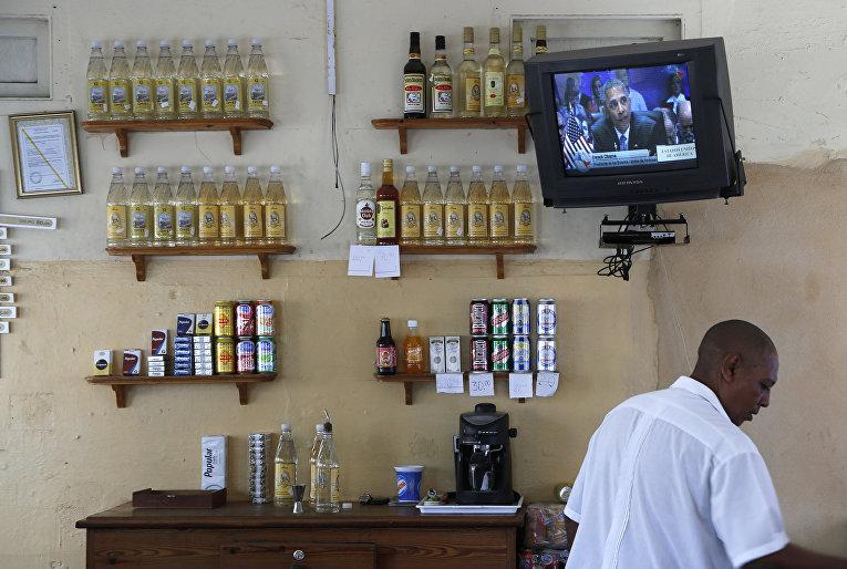 Трансляция выступления Барака Обамы на Саммите Америк в одном из баров Гаваны