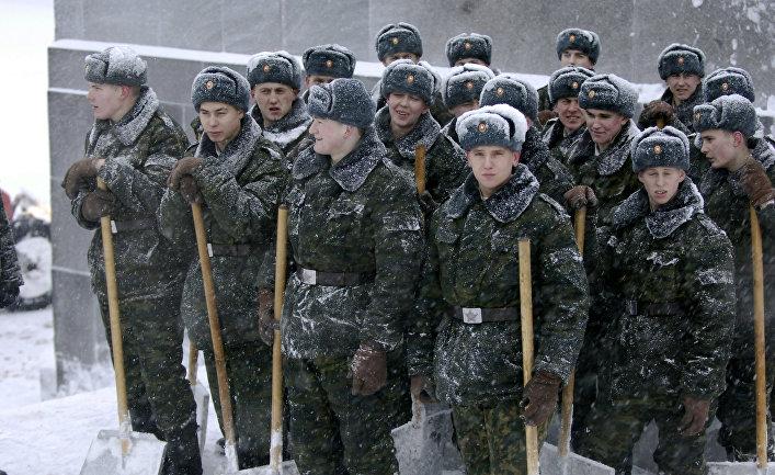 Военнослужащие срочной службы перед уборкой снега на Пискаревском мемориальном кладбище
