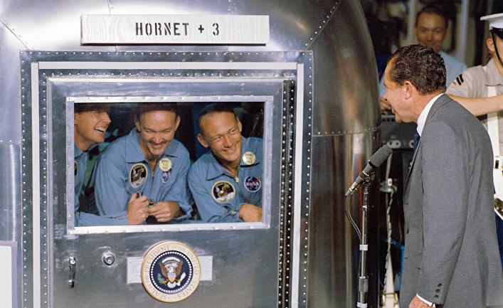 Президент Никсон приветствует астронавтов «Аполлона-11» на борту американского корабля «Хорнет»