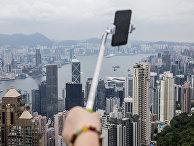 Туристы делают селфи с видом на Гонконг
