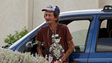 Мужчина плачет после того, как полиция предоставила информацию о жертвах массовой стрельбы в магазине Walmart в Эль-Пасо