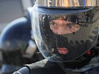 Сотрудники полиции обеспечивают порядок во время несанкционированной акции