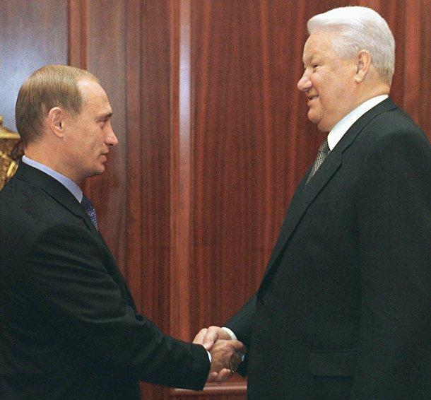 Российский президент Борис Ельцин пожимает руку премьер-министру Владимиру Путину