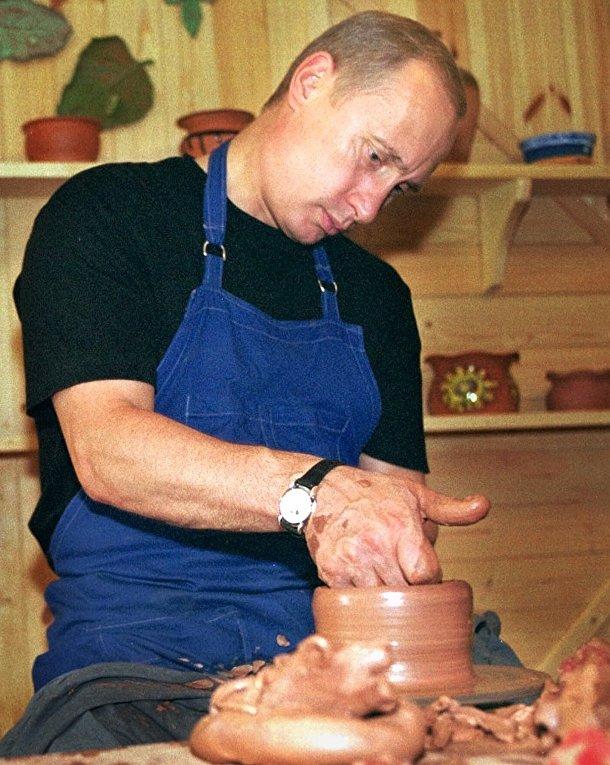 Путин изготавливает глиняный горшок