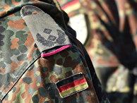 Немецкий флаг на форме подполковника во время военных учений в Германии