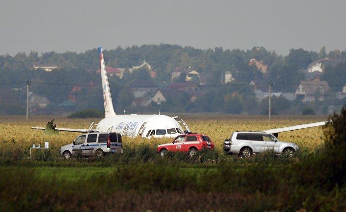 Пассажирский самолёт совершил аварийную посадку в Подмосковье
