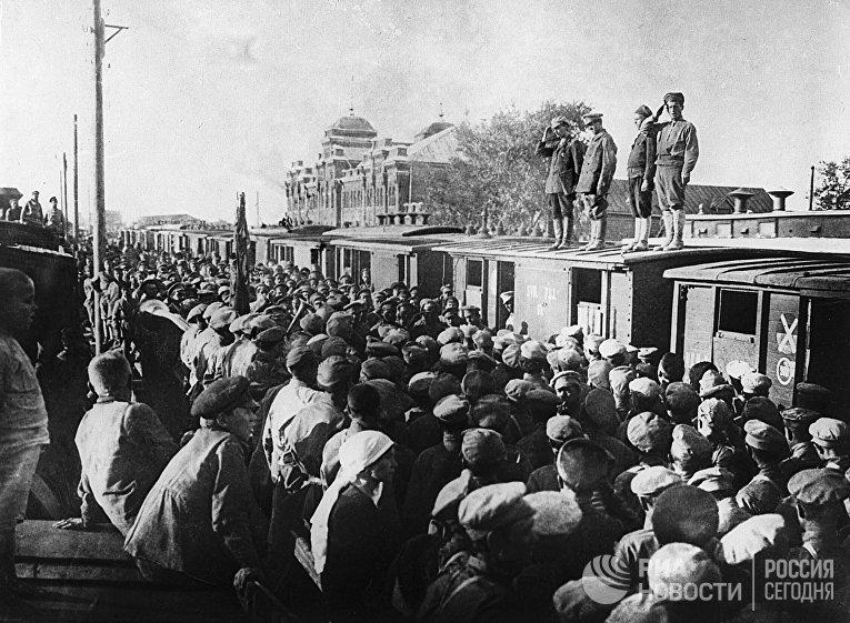 Торжественные проводы бойцов Красной Армии на польский фронт. Август 1920 г.