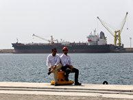 Рабочие в порту города Чабахар