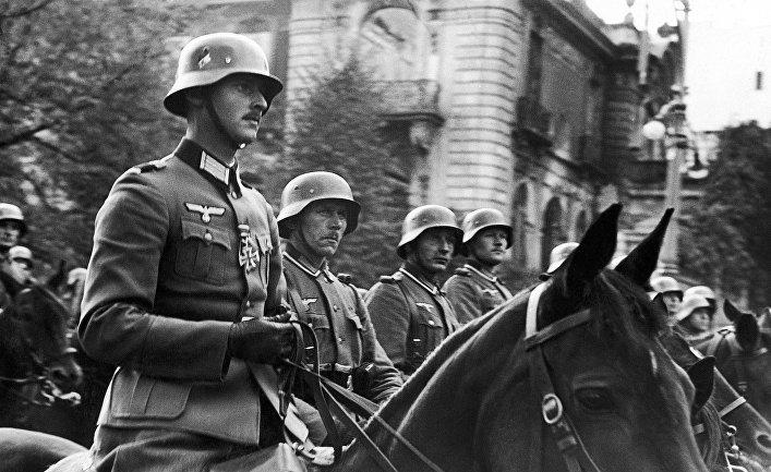 Немецкие офицеры во время парада в Варшаве в 1939 году
